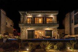 Фасад дома. Кипр, Киссонерга : Роскошная вилла в 20 метрах от пляжа, с бассейном и шикарным видом на море, 3 спальни, 4 ванные комнаты, барбекю, парковка, Wi-Fi