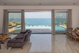 Гостиная. Кипр, Киссонерга : Роскошная вилла в 20 метрах от пляжа, с бассейном и шикарным видом на море, 3 спальни, 4 ванные комнаты, барбекю, парковка, Wi-Fi