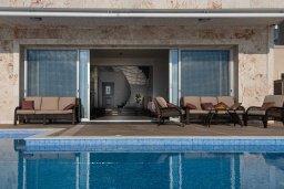 Бассейн. Кипр, Киссонерга : Роскошная вилла в 20 метрах от пляжа, с бассейном и шикарным видом на море, 3 спальни, 4 ванные комнаты, барбекю, парковка, Wi-Fi