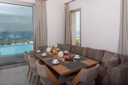 Обеденная зона. Кипр, Киссонерга : Роскошная вилла в 20 метрах от пляжа, с бассейном и шикарным видом на море, 3 спальни, 4 ванные комнаты, барбекю, парковка, Wi-Fi