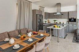 Кухня. Кипр, Киссонерга : Роскошная вилла в 20 метрах от пляжа, с бассейном и шикарным видом на море, 3 спальни, 4 ванные комнаты, барбекю, парковка, Wi-Fi
