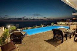 Зона отдыха у бассейна. Кипр, Киссонерга : Роскошная вилла в 20 метрах от пляжа, с бассейном и шикарным видом на море, 3 спальни, 4 ванные комнаты, барбекю, парковка, Wi-Fi