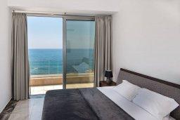 Спальня. Кипр, Киссонерга : Роскошная вилла в 20 метрах от пляжа, с бассейном и шикарным видом на море, 3 спальни, 4 ванные комнаты, барбекю, парковка, Wi-Fi