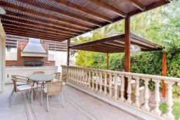 Территория. Кипр, Пареклисия : Роскошная вилла в 100 метрах от пляжа с бассейном, джакузи и зеленым двориком с барбекю, 4 спальни, 4 ванные комнаты, сауна, парковка, Wi-Fi