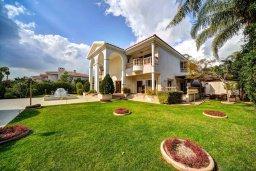 Фасад дома. Кипр, Пареклисия : Роскошная вилла в 100 метрах от пляжа с бассейном, джакузи и зеленым двориком с барбекю, 4 спальни, 4 ванные комнаты, сауна, парковка, Wi-Fi