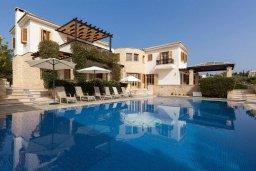Фасад дома. Кипр, Куклия : Роскошная вилла с большим бассейном, джакузи, зеленой территорией и барбекю, 5 спален, 5 ванных комнат, тренажерный зал, парковка, Wi-Fi