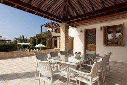 Обеденная зона. Кипр, Куклия : Роскошная вилла с большим бассейном, джакузи, зеленой территорией и барбекю, 5 спален, 5 ванных комнат, тренажерный зал, парковка, Wi-Fi