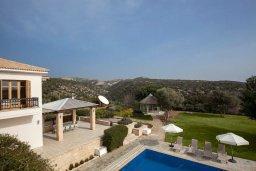 Территория. Кипр, Куклия : Роскошная вилла с большим бассейном, джакузи, зеленой территорией и барбекю, 5 спален, 5 ванных комнат, тренажерный зал, парковка, Wi-Fi