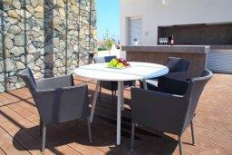 Обеденная зона. Кипр, Гермасойя Лимассол : Просторная современная вилла с большим бассейном и двориком с патио и барбекю, 5 спален, 6 ванных комнат, парковка, Wi-Fi