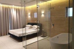 Спальня. Кипр, Аммос - Лимнария Бич : Современная вилла возле пляжа с бассейном и видом на море, 5 спален, 6 ванных комнат, парковка, Wi-Fi