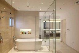 Ванная комната. Кипр, Аммос - Лимнария Бич : Современная вилла возле пляжа с бассейном и видом на море, 5 спален, 6 ванных комнат, парковка, Wi-Fi