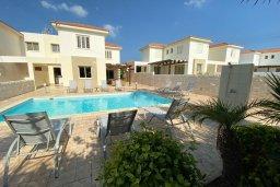 Фасад дома. Кипр, Каппарис : Прекрасная вилла недалеко от пляжа с бассейном и приватным двориком, 3 спальни, 2 ванные комнаты, парковка, Wi-Fi