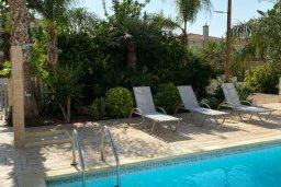 Зона отдыха у бассейна. Кипр, Каппарис : Прекрасная вилла недалеко от пляжа с бассейном и приватным двориком, 3 спальни, 2 ванные комнаты, парковка, Wi-Fi