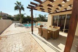 Обеденная зона. Кипр, Каппарис : Прекрасная вилла недалеко от пляжа с бассейном и приватным двориком, 3 спальни, 2 ванные комнаты, парковка, Wi-Fi