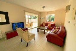 Гостиная. Кипр, Каппарис : Прекрасная вилла недалеко от пляжа с бассейном и приватным двориком, 3 спальни, 2 ванные комнаты, парковка, Wi-Fi