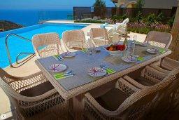 Обеденная зона. Кипр, Афродита Хиллз : Роскошная вилла с бассейном и зеленым двориком с барбекю, 4 спальни, 3 ванные комнаты, джакузи, парковка, Wi-Fi