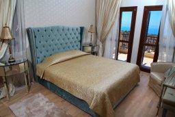 Спальня. Кипр, Афродита Хиллз : Роскошная вилла с бассейном и зеленым двориком с барбекю, 4 спальни, 3 ванные комнаты, джакузи, парковка, Wi-Fi