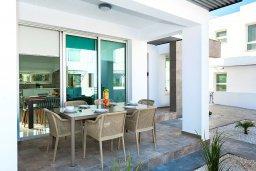Обеденная зона. Кипр, Каппарис : Современная вилла с видом на Средиземное море, с 3-мя спальнями, 2-мя ванными комнатами, тенистой террасой с патио, lounge-зоной и барбекю, расположена в тихом районе Kapparis