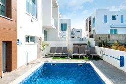 Бассейн. Кипр, Каппарис : Современная вилла с видом на Средиземное море, с 3-мя спальнями, 2-мя ванными комнатами, тенистой террасой с патио, lounge-зоной и барбекю, расположена в тихом районе Kapparis
