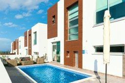 Фасад дома. Кипр, Каппарис : Современная вилла с видом на Средиземное море, с 3-мя спальнями, 2-мя ванными комнатами, тенистой террасой с патио, lounge-зоной и барбекю, расположена в тихом районе Kapparis