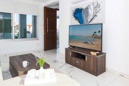Гостиная. Кипр, Каппарис : Современная вилла с видом на Средиземное море, с 3-мя спальнями, 2-мя ванными комнатами, тенистой террасой с патио, lounge-зоной и барбекю, расположена в тихом районе Kapparis