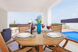 Обеденная зона. Кипр, Санрайз Протарас : Роскошная вилла с видом на Средиземное море, с 2-мя спальнями, с бассейном, тенистой террасой с патио и каменным барбекю, расположена в тихом месте Протараса