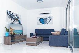 Гостиная. Кипр, Центр Айя Напы : Современная вилла с 3-мя спальнями, 2-мя ванными комнатами, бассейном, тенистой террасой с патио и барбекю, расположена в новом роскошном частном комплексе
