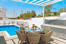 Обеденная зона. Кипр, Центр Айя Напы : Современная вилла с 3-мя спальнями, 2-мя ванными комнатами, бассейном, тенистой террасой с патио и барбекю, расположена в новом роскошном частном комплексе