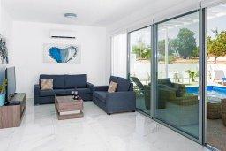 Гостиная. Кипр, Центр Айя Напы : Современная вилла с бассейном и двориком с барбекю, 3 спальни, 2 ванные комнаты, парковка, Wi-Fi