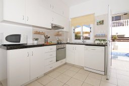 Кухня. Кипр, Пернера Тринити : Уютная вилла с 2-мя спальнями, бассейном, тенистой террасой с патио и барбекю, расположена всего в 250 метрах от пляжа Trinity Beach