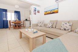 Гостиная. Кипр, Пернера Тринити : Уютная вилла с 2-мя спальнями, бассейном, тенистой террасой с патио и барбекю, расположена всего в 250 метрах от пляжа Trinity Beach