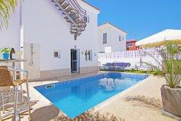 Фасад дома. Кипр, Пернера Тринити : Уютная вилла с 2-мя спальнями, бассейном, тенистой террасой с патио и барбекю, расположена всего в 250 метрах от пляжа Trinity Beach