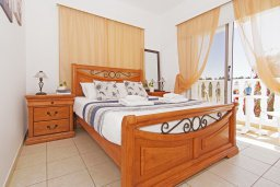 Спальня. Кипр, Пернера Тринити : Уютная вилла с 2-мя спальнями, бассейном, тенистой террасой с патио и барбекю, расположена всего в 250 метрах от пляжа Trinity Beach
