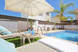 Зона отдыха у бассейна. Кипр, Пернера Тринити : Уютная вилла с 2-мя спальнями, бассейном, тенистой террасой с патио и барбекю, расположена всего в 250 метрах от пляжа Trinity Beach