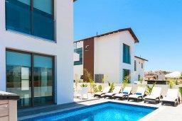 Бассейн. Кипр, Пернера : Прекрасная современная вилла с 3-мя спальнями, 2-мя ванными комнатами, бассейном, солнечной террасой с патио и барбекю, расположена недалеко от песчаного пляжа Trinity Beach