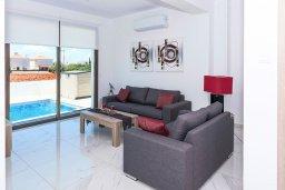 Гостиная. Кипр, Пернера : Прекрасная современная вилла с 3-мя спальнями, 2-мя ванными комнатами, бассейном, солнечной террасой с патио и барбекю, расположена недалеко от песчаного пляжа Trinity Beach