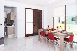 Обеденная зона. Кипр, Пернера : Прекрасная современная вилла с 3-мя спальнями, 2-мя ванными комнатами, бассейном, солнечной террасой с патио и барбекю, расположена недалеко от песчаного пляжа Trinity Beach