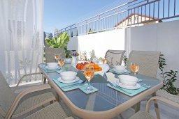 Обеденная зона. Кипр, Нисси Бич : Великолепная вилла с видом на море и горы, с 3-мя спальнями, бассейном, тенистой террасой с патио, барбекю и потрясающим садом на крыше