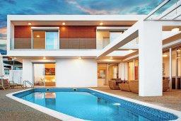 Фасад дома. Кипр, Центр Айя Напы : Роскошная вилла с бассейном, патио и барбекю, 3 спальни, 2 ванные комнаты, парковка, Wi-Fi