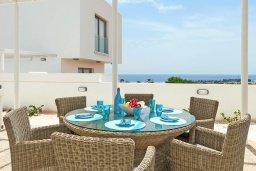 Обеденная зона. Кипр, Центр Айя Напы : Роскошная вилла с потрясающим видом на Средиземное море, с 3-мя спальнями, 2-мя ванными комнатами, бассейном, тенистой террасой с патио и барбекю, расположена в новом роскошном частном комплексе