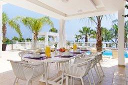 Обеденная зона. Кипр, Нисси Бич : Роскошная вилла с большим бассейном, патио и барбекю, 6 спален, 2 ванные комнаты, бильярд, парковка, Wi-Fi