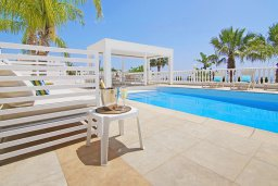 Бассейн. Кипр, Нисси Бич : Роскошная вилла с панорамным видом на море, с 6-ю спальнями, 2-мя ванными комнатами, большим бассейном, патио, беседкой с lounge-баром, традиционным каменным барбекю и бильярдом, расположена на холме между Айя-Напой и Протарасом