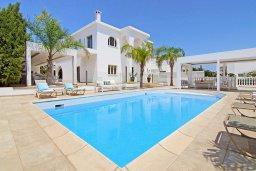Фасад дома. Кипр, Нисси Бич : Роскошная вилла с большим бассейном, патио и барбекю, 6 спален, 2 ванные комнаты, бильярд, парковка, Wi-Fi