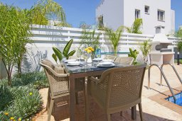 Обеденная зона. Кипр, Нисси Бич : Современная вилла с видом на море, с 3-мя спальнями, бассейном, тенистой террасой с патио, барбекю и потрясающим садом на крыше