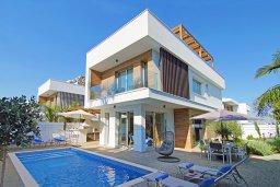 Фасад дома. Кипр, Пернера Тринити : Современная роскошная вилла с видом на Средиземное море, с 3-мя спальнями, 3-мя ванными комнатами, с бассейном, беседкой с личным баром, каменным барбекю. патио и фантастической террасой на круше с lounge-зоной, расположена недалеко от пляжа Ayia Triada B