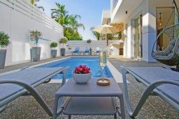 Зона отдыха у бассейна. Кипр, Пернера Тринити : Современная роскошная вилла с видом на Средиземное море, с 3-мя спальнями, 3-мя ванными комнатами, с бассейном, беседкой с личным баром, каменным барбекю. патио и фантастической террасой на круше с lounge-зоной, расположена недалеко от пляжа Ayia Triada B