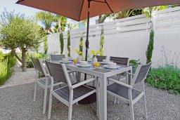 Обеденная зона. Кипр, Пернера Тринити : Современная роскошная вилла с видом на Средиземное море, с 3-мя спальнями, 3-мя ванными комнатами, с бассейном, беседкой с личным баром, каменным барбекю. патио и фантастической террасой на круше с lounge-зоной, расположена недалеко от пляжа Ayia Triada B