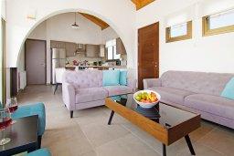 Гостиная. Кипр, Ионион - Айя Текла : Удивительная вилла с 3-мя спальнями, 2-мя ванными комнатами, с бассейном, солнечной террасой с патио и традиционным каменным барбекю, расположена в прибрежной зоне Ayia Thekla всего в 300 метрах от моря