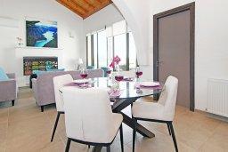 Обеденная зона. Кипр, Ионион - Айя Текла : Удивительная вилла с 3-мя спальнями, 2-мя ванными комнатами, с бассейном, солнечной террасой с патио и традиционным каменным барбекю, расположена в прибрежной зоне Ayia Thekla всего в 300 метрах от моря