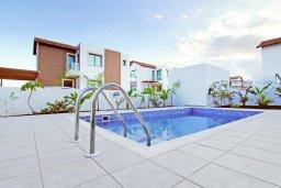 Бассейн. Кипр, Пернера Тринити : Современная вилла с 4-мя спальнями, 3-мя ванными комнатами, бассейном и приватным двориком с барбекю, расположена недалеко от пляжа Ayia Triada Beach